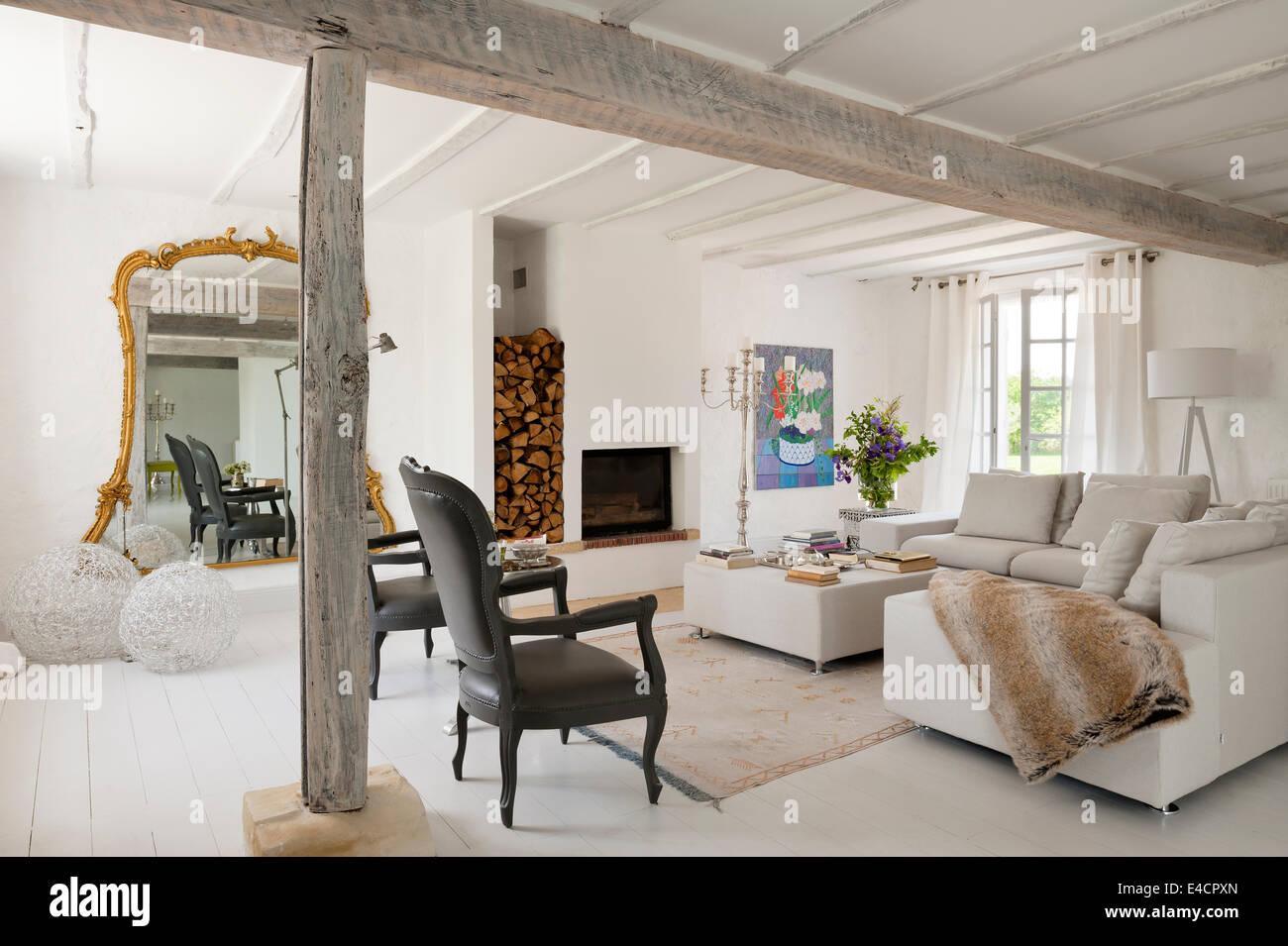 Paar Louis XV Sessel Entworfen Von Pieter Jamart Weiße Offene Wohnraum Mit  übergroßen Vergoldete Gerahmten Spiegel Und Sofas