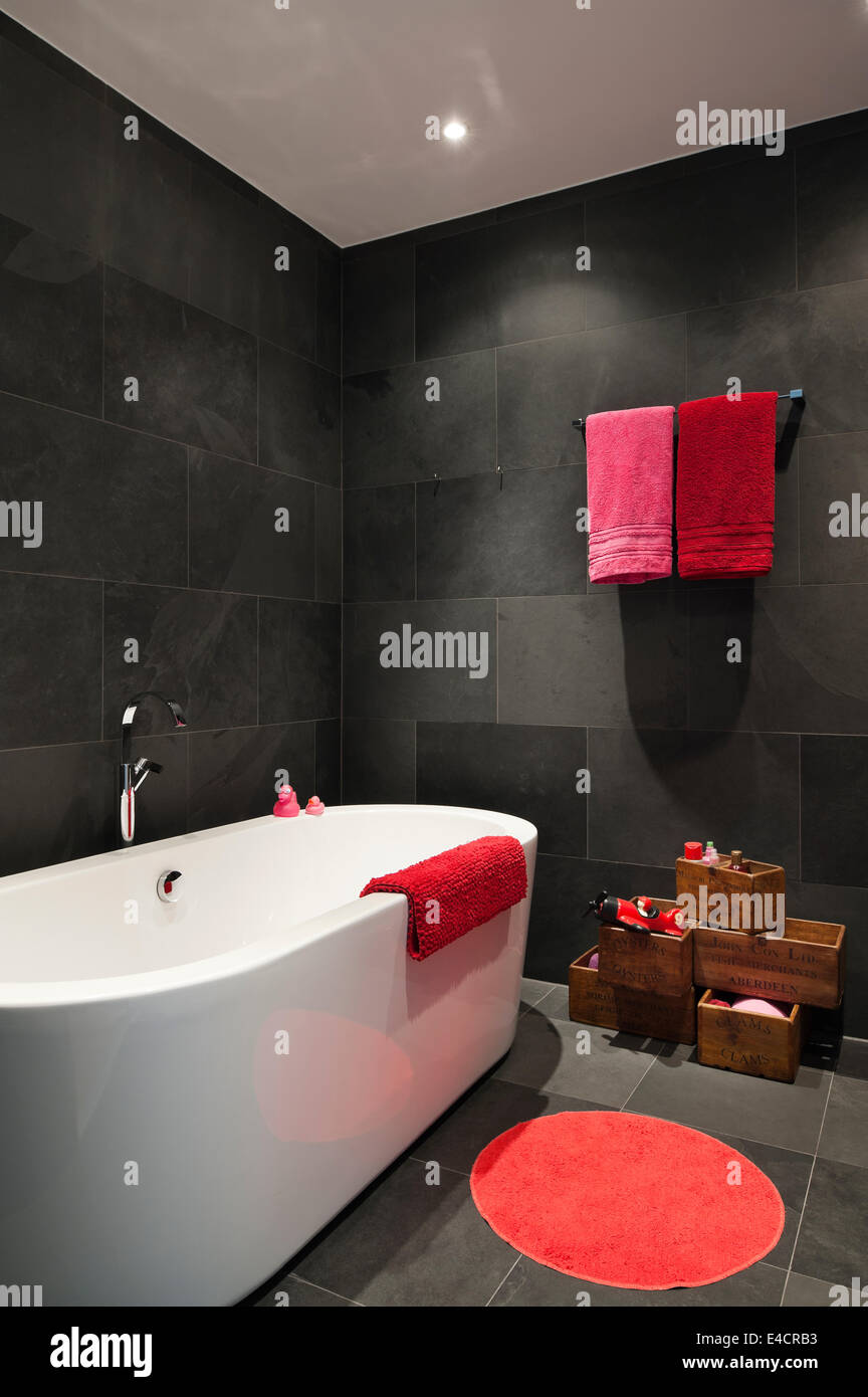 leuchtend rote und rosa handt cher im badezimmer mit schiefer fliesen und catalano bad stockfoto. Black Bedroom Furniture Sets. Home Design Ideas