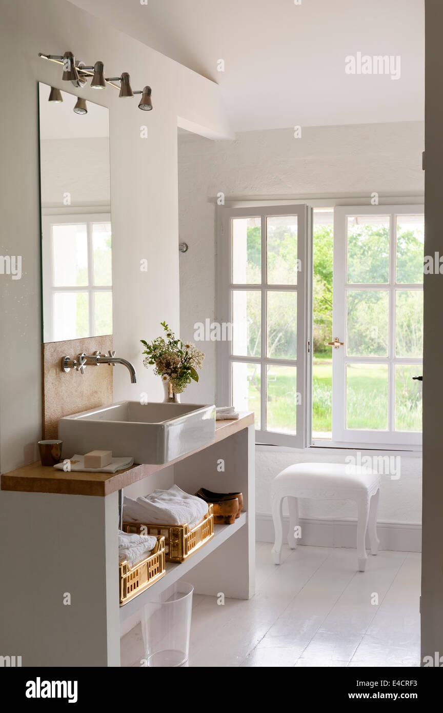 Belfast-Stil wirken weiße Badezimmer mit gold Handtuch Körbe ...