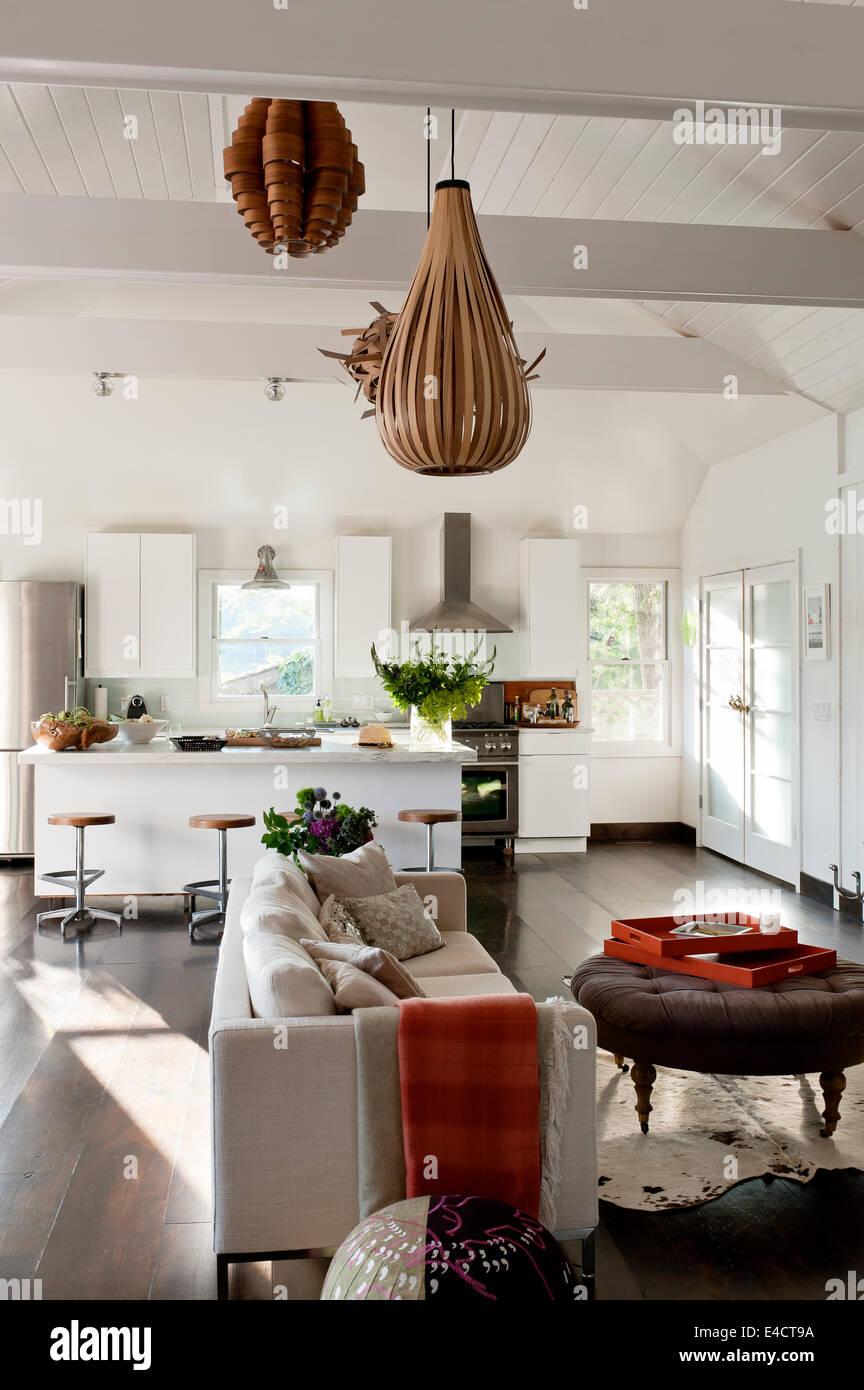Weiße Offene Wohnraum Mit Holzfurnier Beleuchtung, Ikea Küche Einheiten Und  Moderne Creme Sofa Stockbild