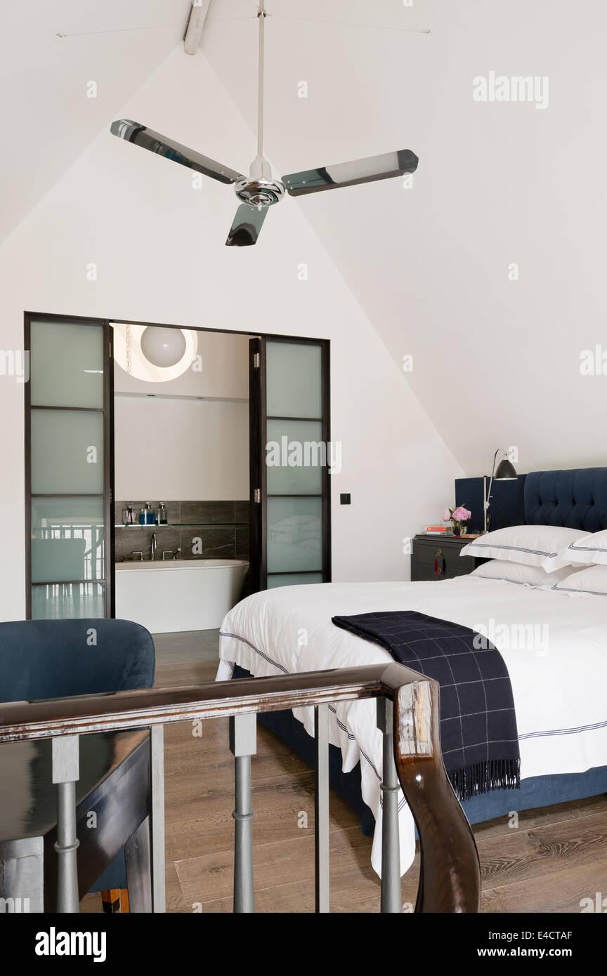 Silber Deckenventilator In Weiß Schlafzimmer Mit Ensuite Bad