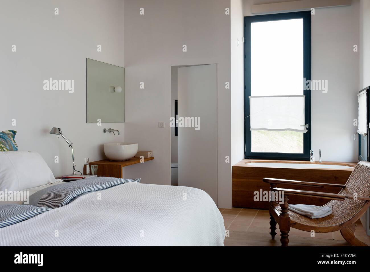 Moderne Schlafzimmer Mit Badewanne Und Ein Waschbecken Stockfoto