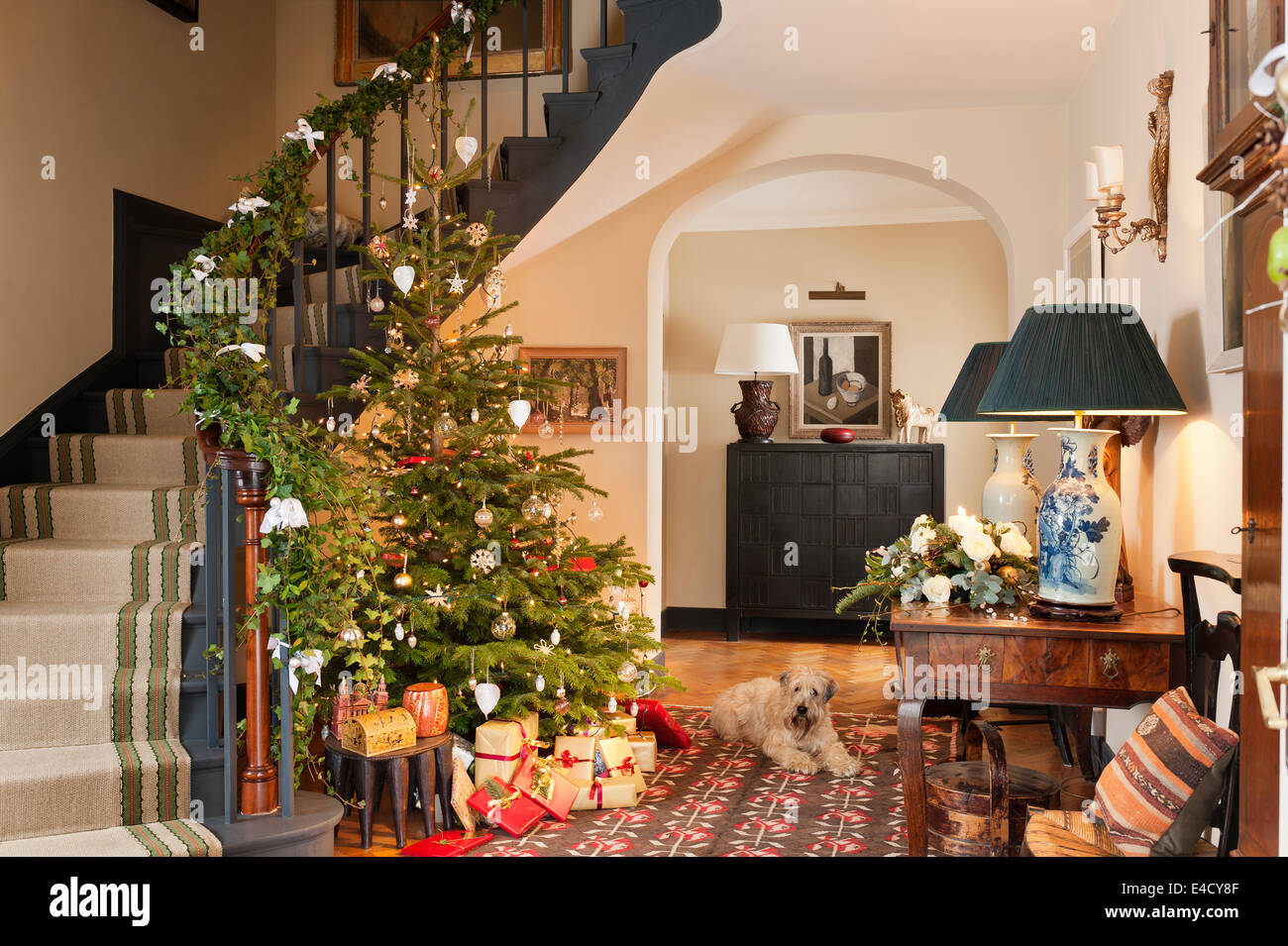 Weihnachtsbaum im Eingangsbereich mit Beginn des 20. Jahrhunderts Kelim. Die Hall-Tabelle ist französischer Stockbild