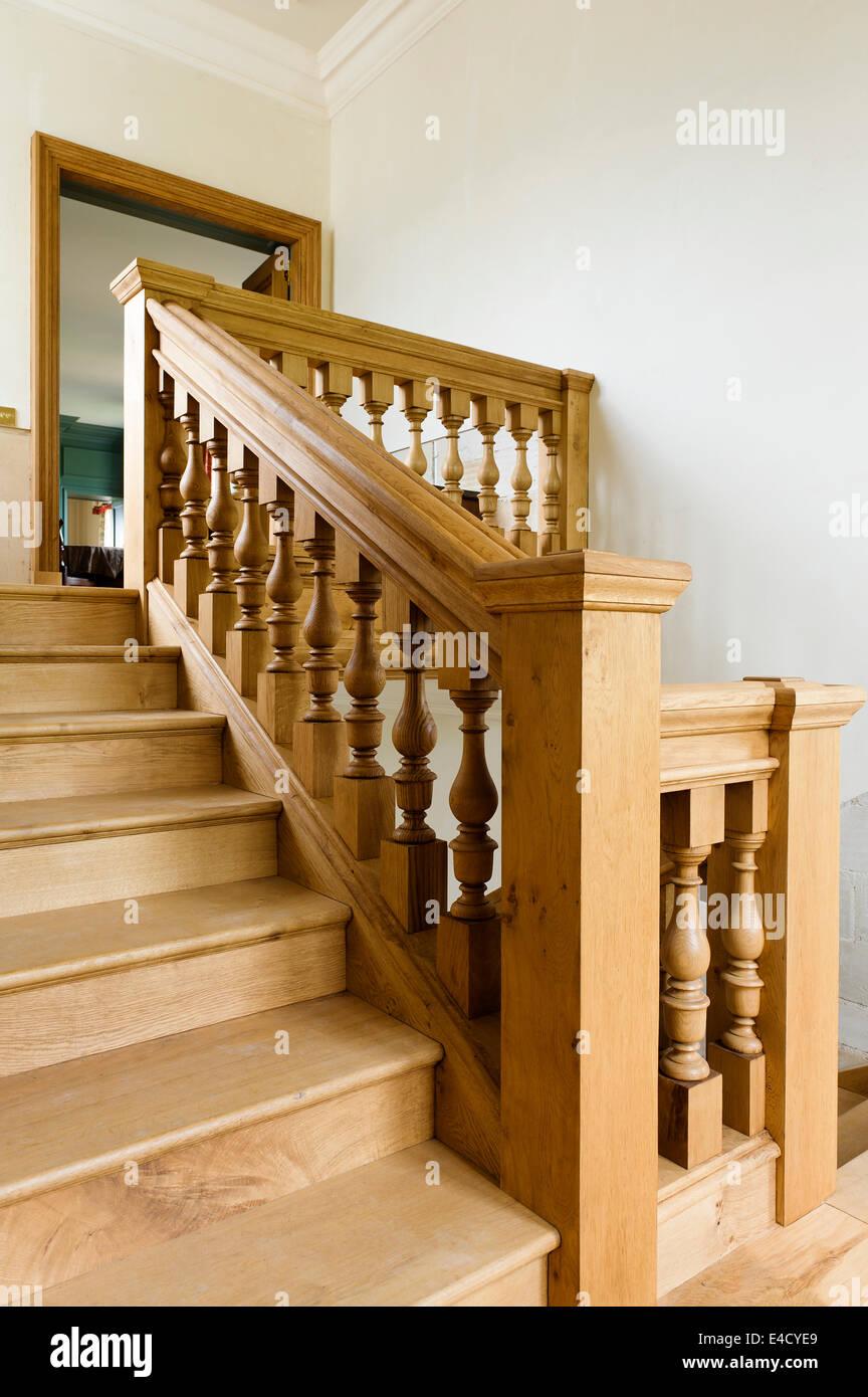 Holztreppe mit Geländer Stockbild