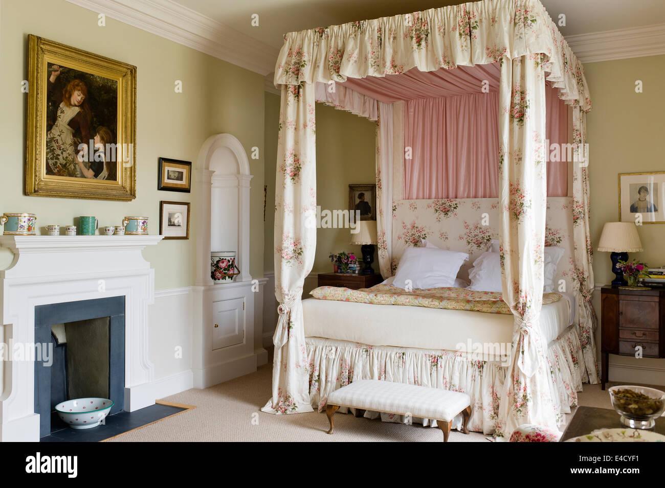 Schlafzimmereinrichtungen Bett Mit Chintz Vorhange In Olivgrun