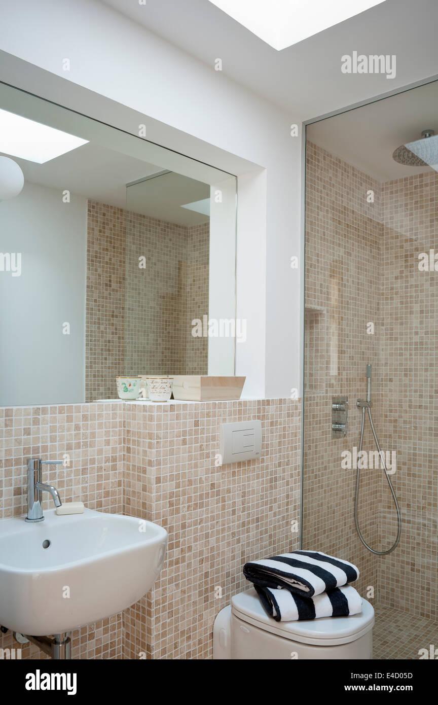 Moderne Badezimmer Mit Gekachelten Wanden Und Begehbare Dusche