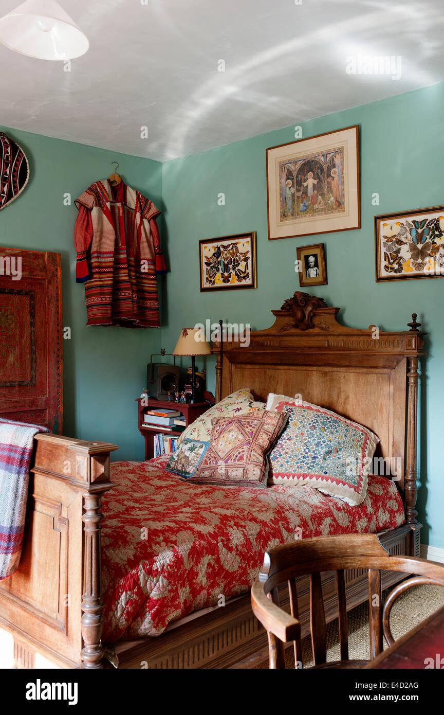 Rote Blumen Quilt auf antiken hölzernen Bett im Schlafzimmer mit ...