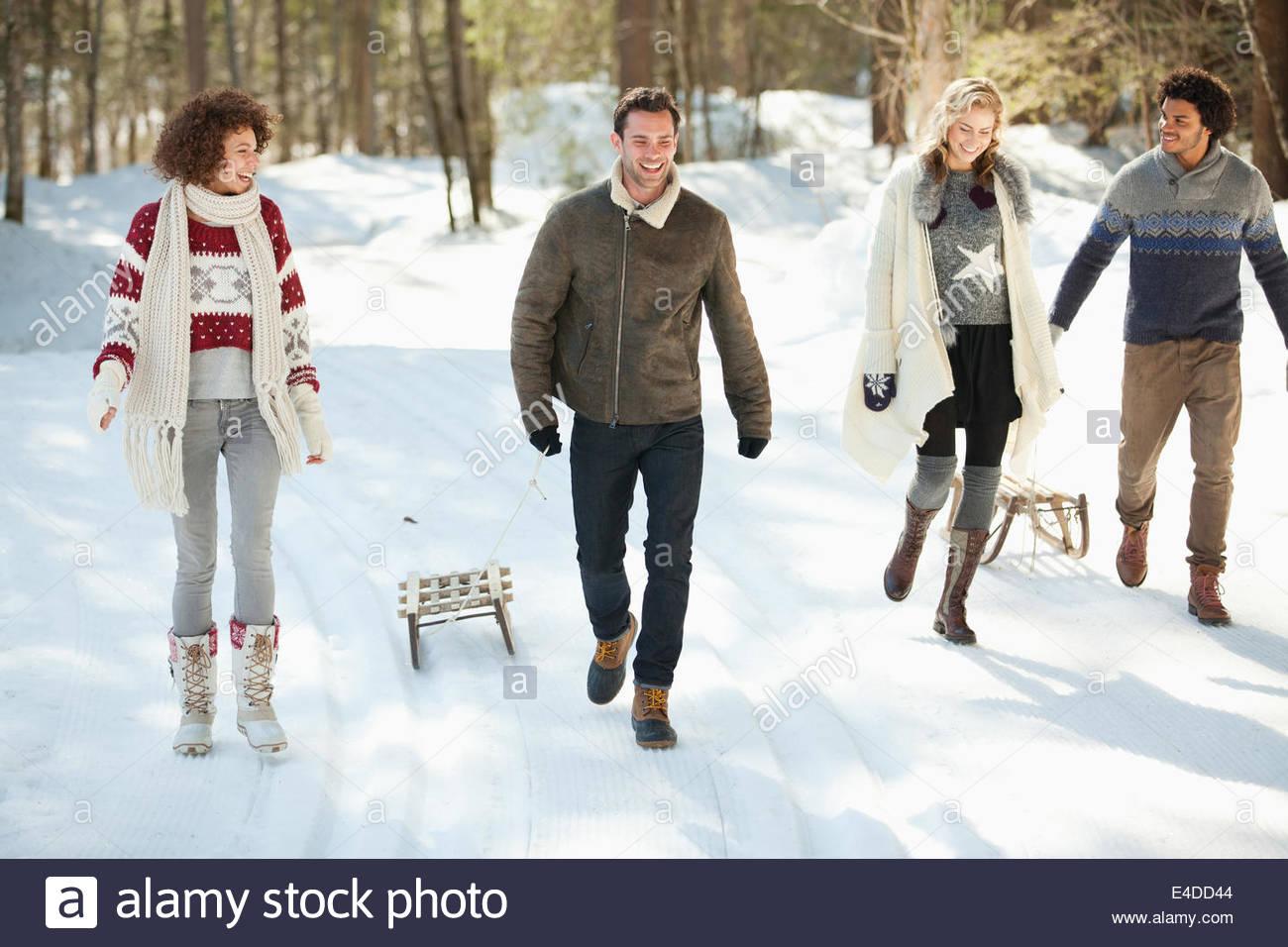 Zwei Paare Wandern im Schnee Stockbild