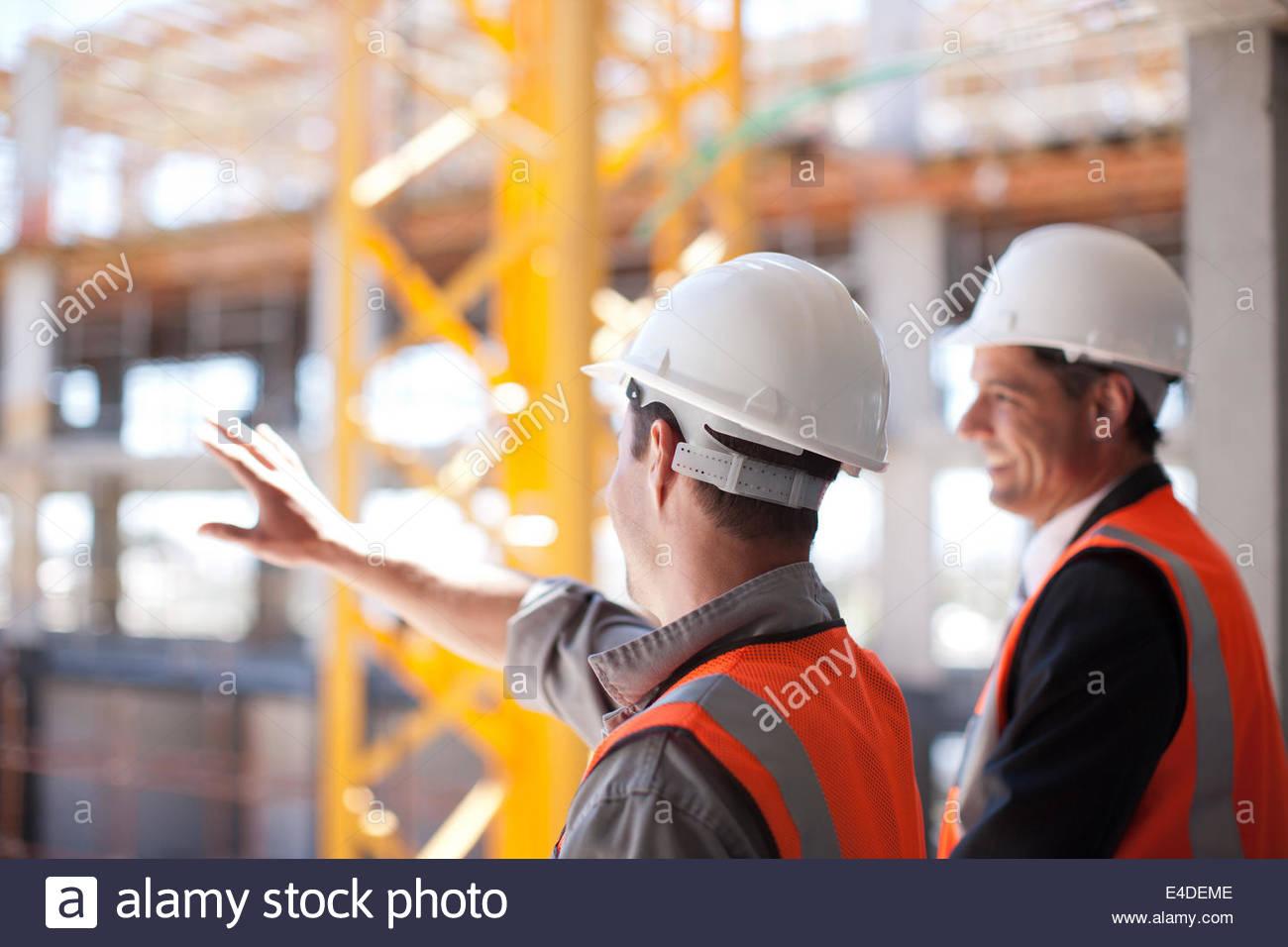 Bauarbeiter arbeiten auf der Baustelle Stockfoto