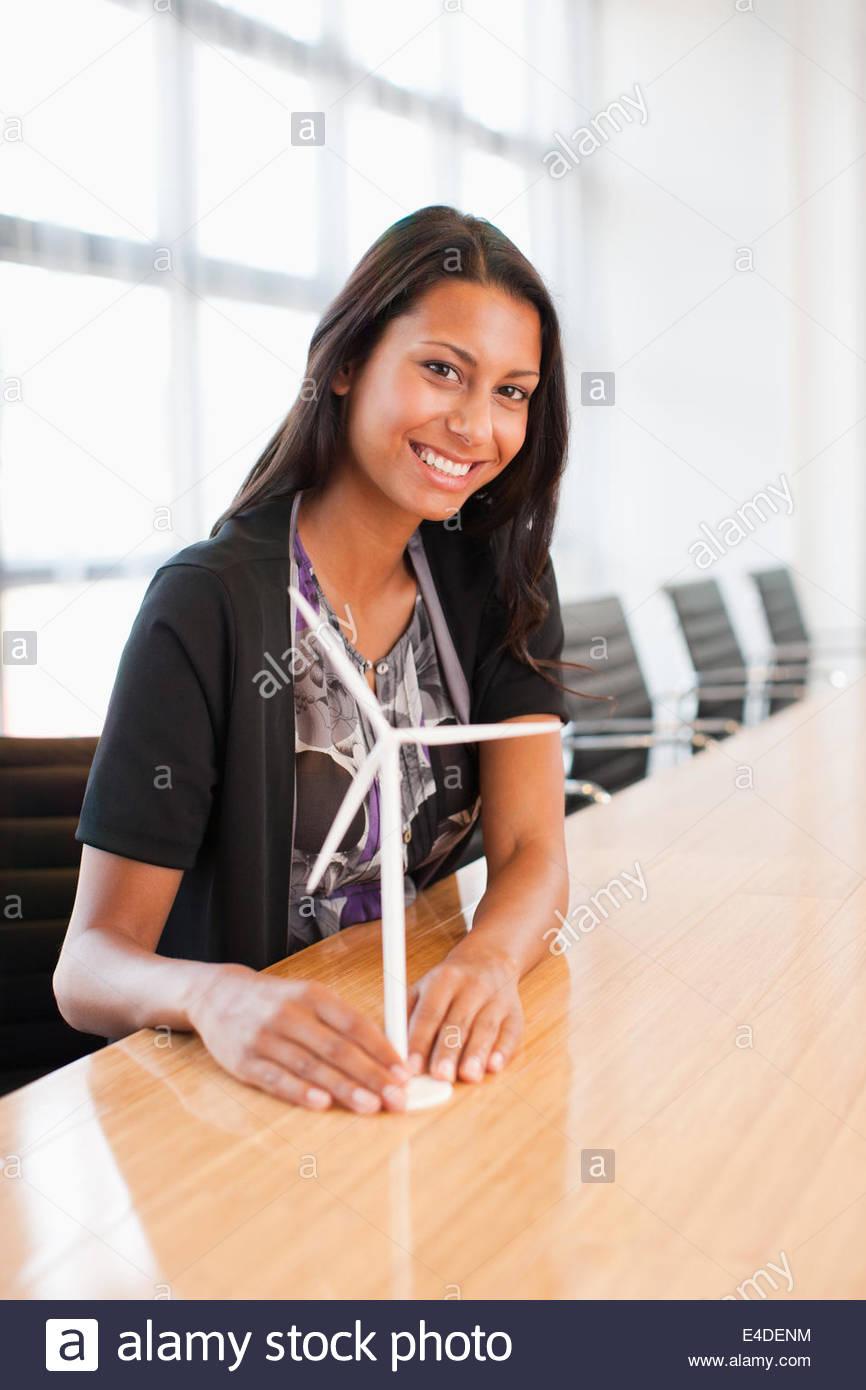 Geschäftsfrau betrachten Modell Windkraftanlage Stockbild