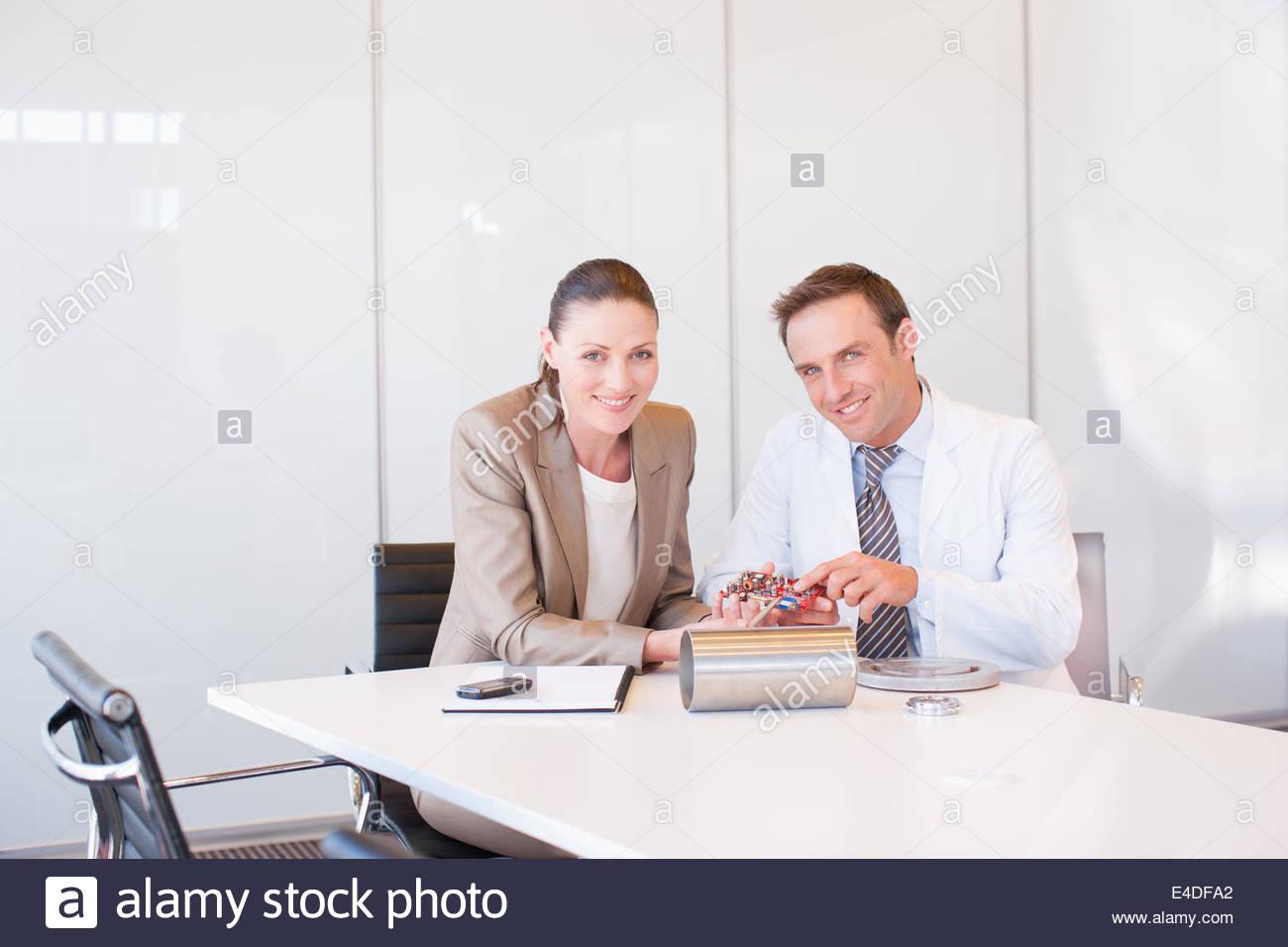 Geschäftsleute, die am circuit Board zusammen im Konferenzraum Stockbild