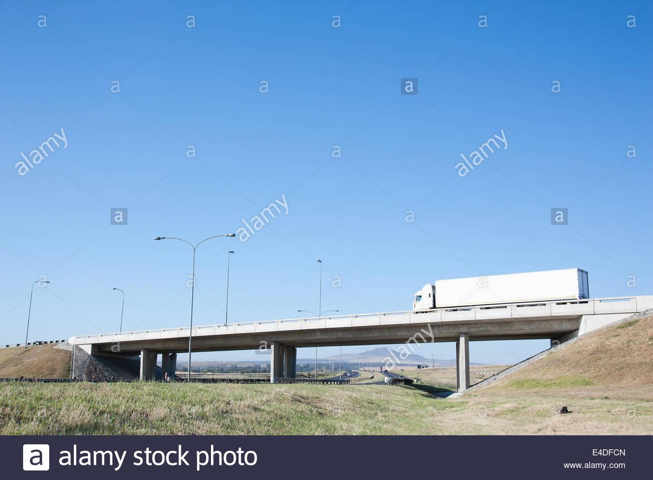 Autos fahren unter Überführung Stockbild