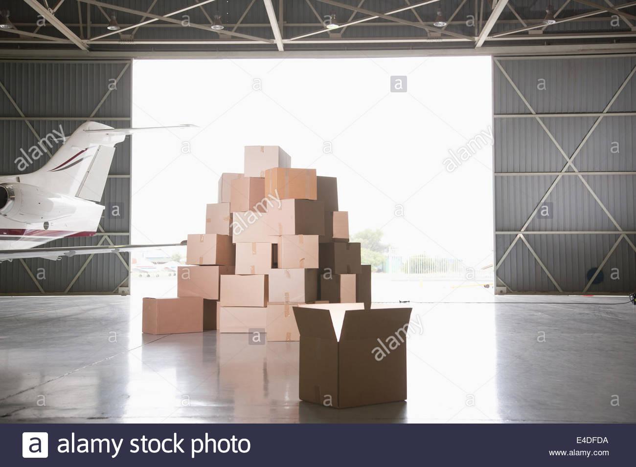 Stapel von Kisten im hangar Stockbild