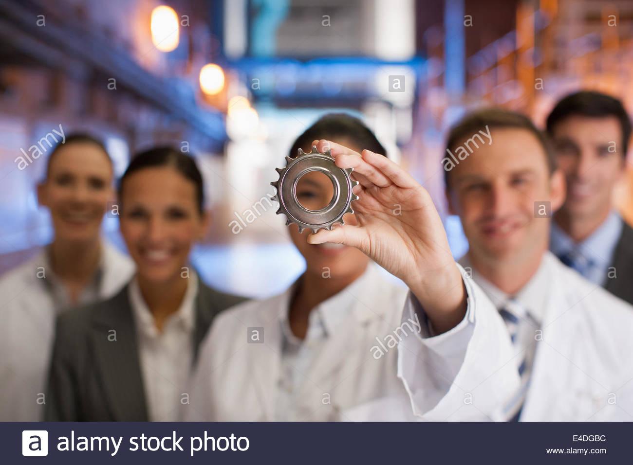 Geschäftsleute, am Zahnrad zusammen Stockbild