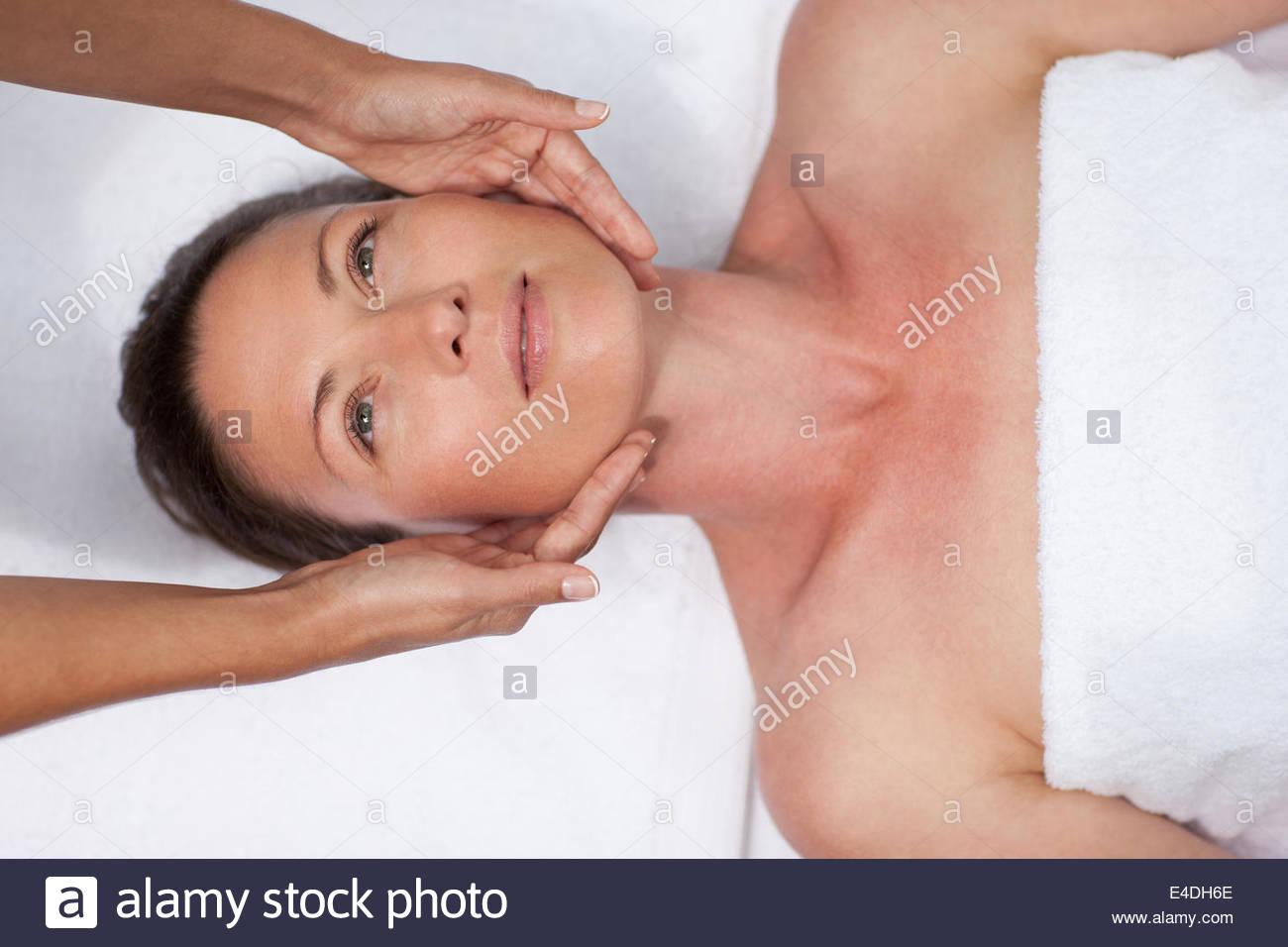 Frau empfangende Gesichtsmassage Stockbild