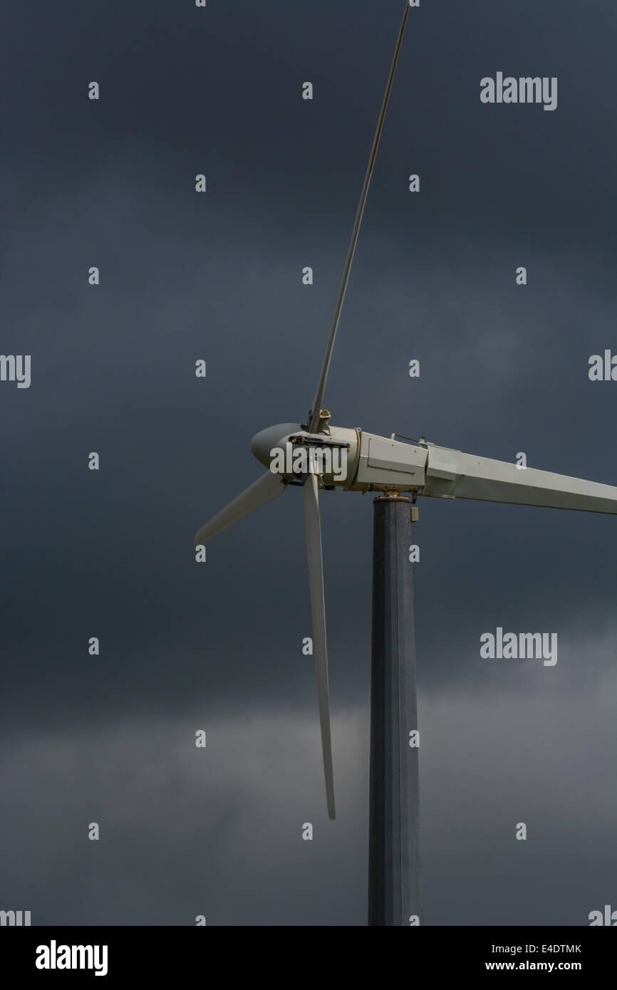 """Wind Turbine/Wind Generator gegen Brüten/Vorahnung dunkle Wolken. Ein """"Erneuerbare"""" Form der Macht Stockbild"""