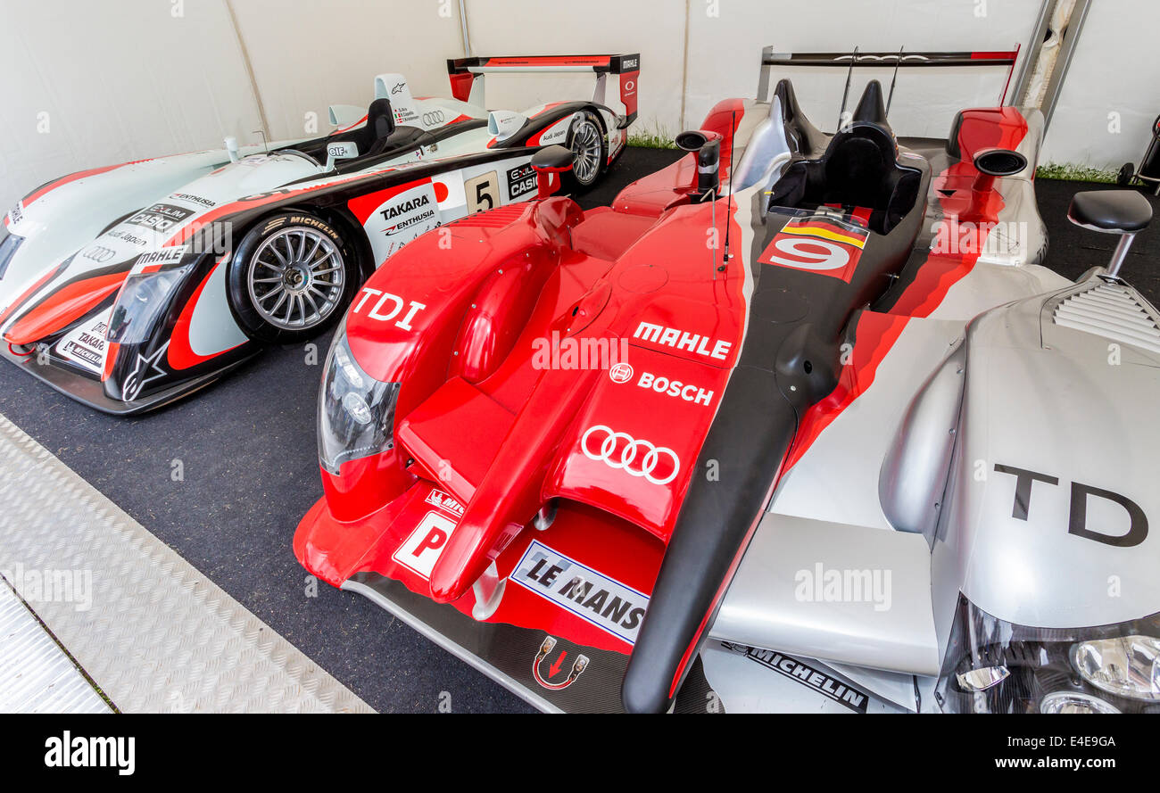 Audi R8 und der Audi R15 TDI Plus Le Mans Racer im Fahrerlager, 2014 Goodwood Festival of Speed, Sussex, UK. Stockfoto