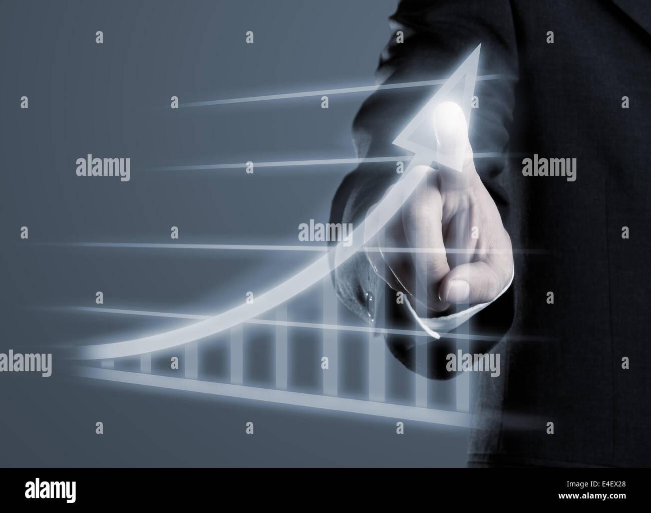 Geschäftsmann Zeichnung Erfolg Diagramm auf futuristische virtuelle Computer anzuzeigen Stockbild
