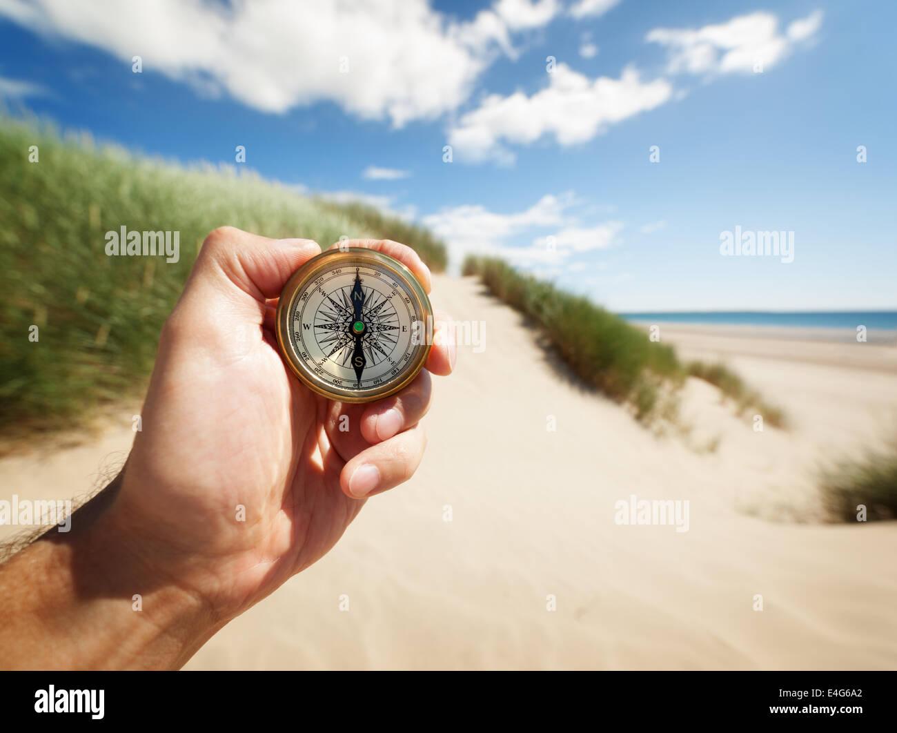Hand hält einen Kompass Stockbild