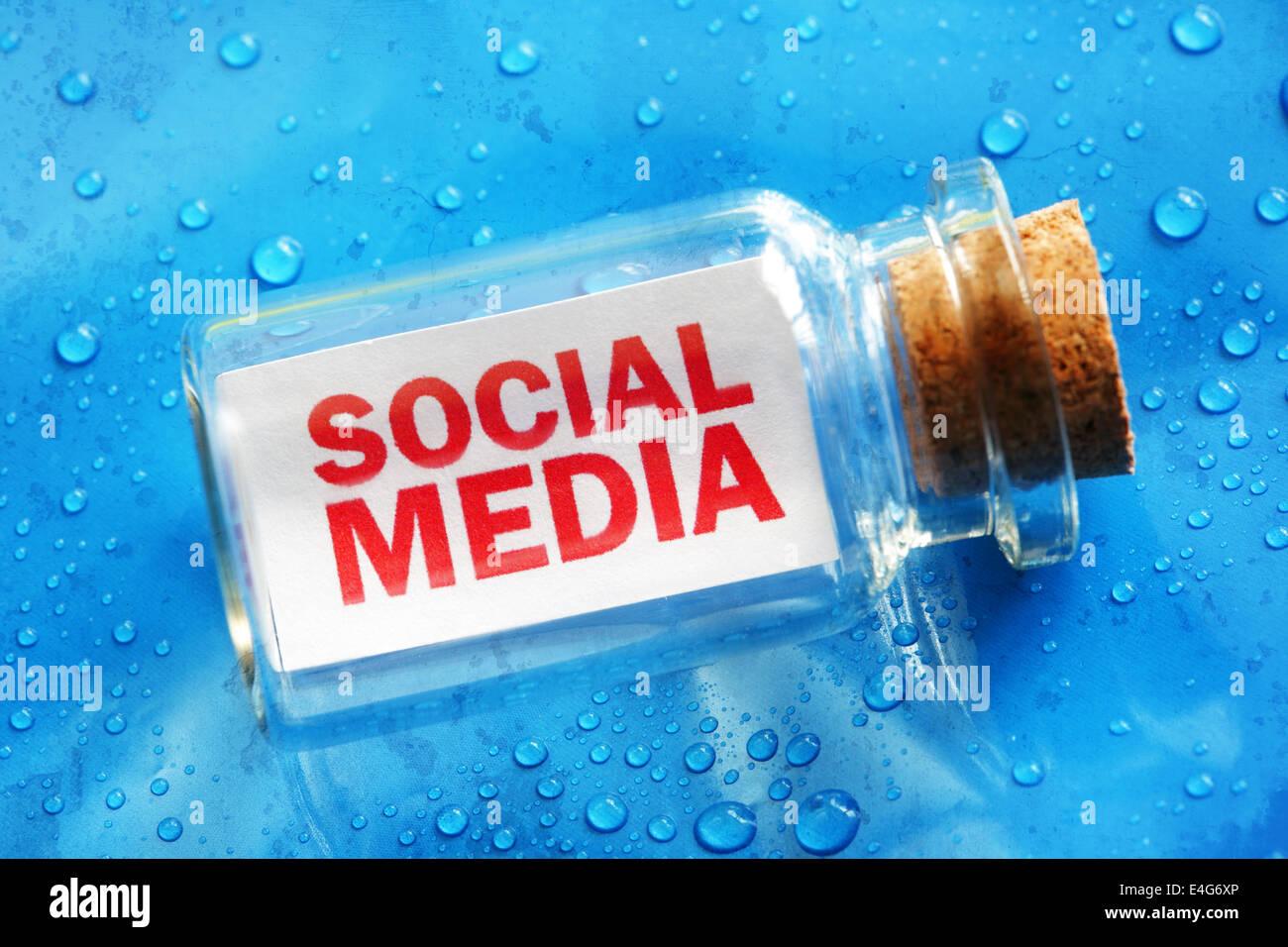 Social Media-Nachricht in einer Flasche Stockbild