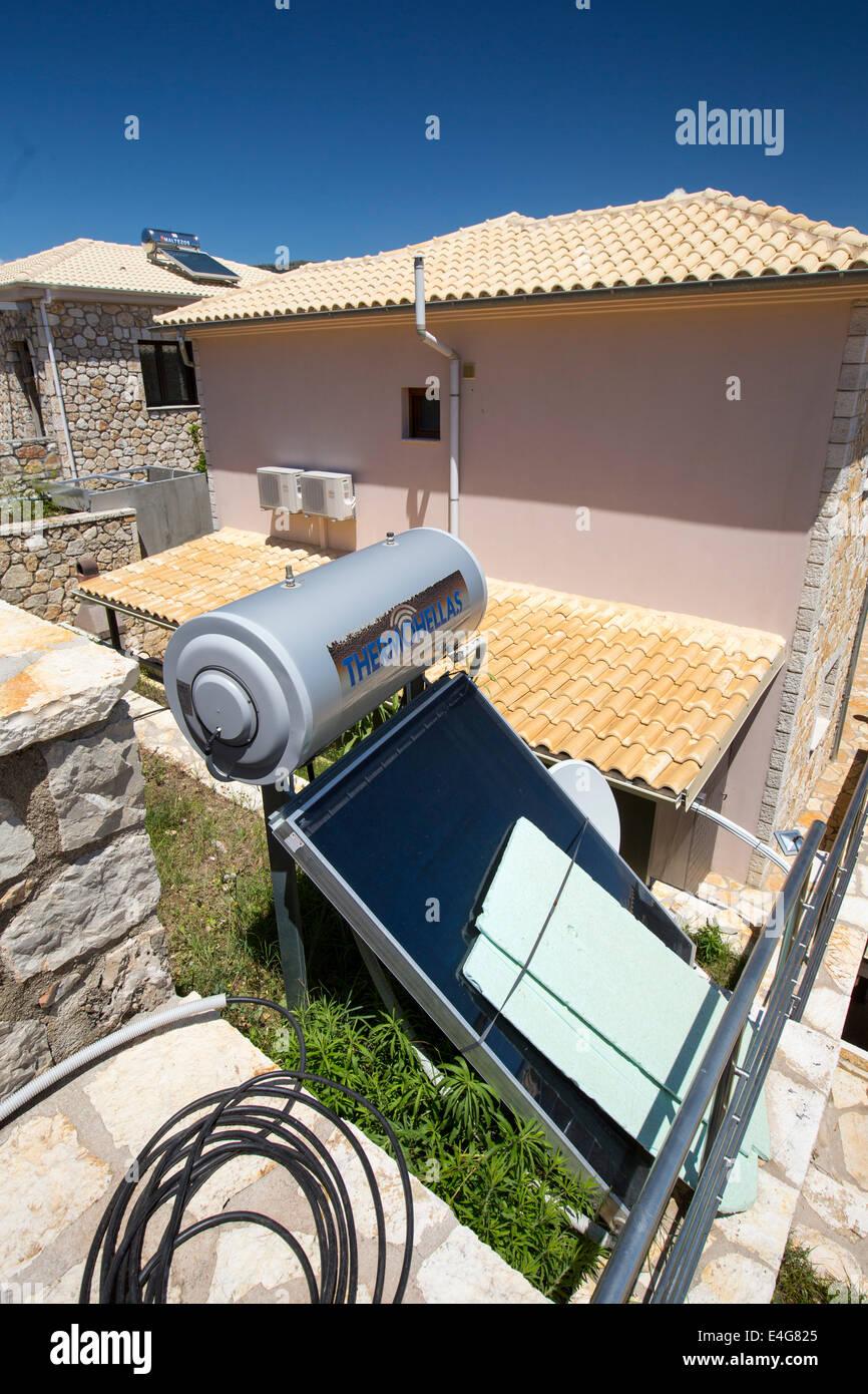 Nice Thermische Sonnenkollektoren Für Heizung Warmwasser Auf Haus In Sivota,  Griechenland. Stockbild