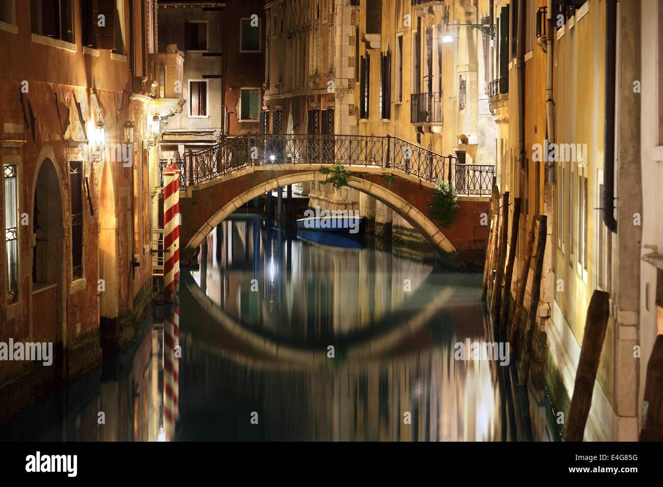 Venedig-Brücke und Kanal in der Nacht Stockfoto