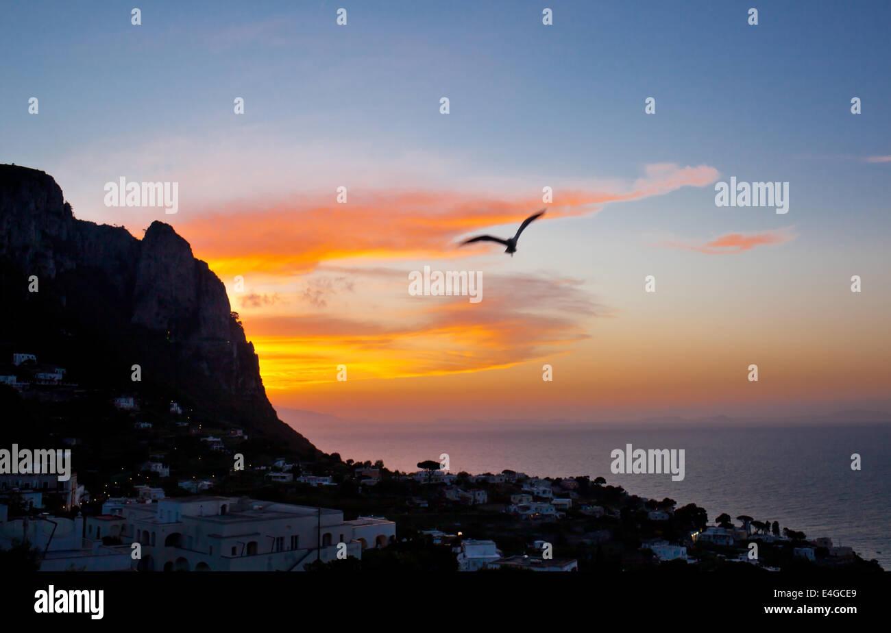 Sonnenuntergang auf der Insel Capri mit typischen Dorf. Stockbild
