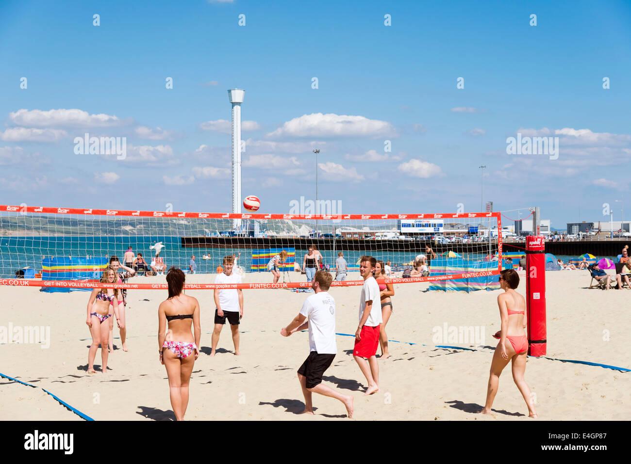 Menschen spielen Beach-Volleyball auf Weymouth, Dorset, UK. Stockbild