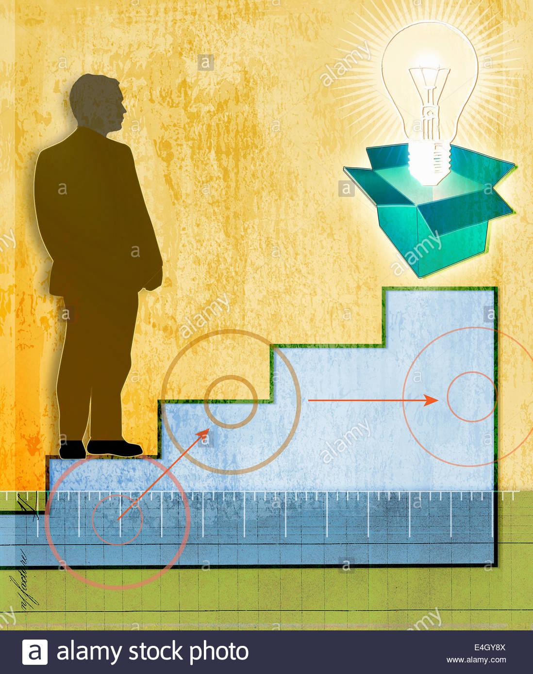 Geschäftsmann auf Treppe, Blick auf Glühbirne aus box Stockbild