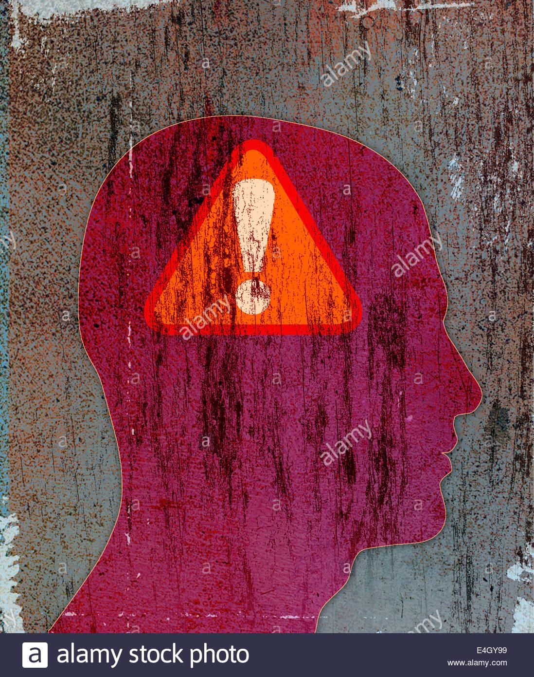 Ausrufezeichen Warnzeichen innerhalb der Silhouette der Kopf des Mannes Stockbild