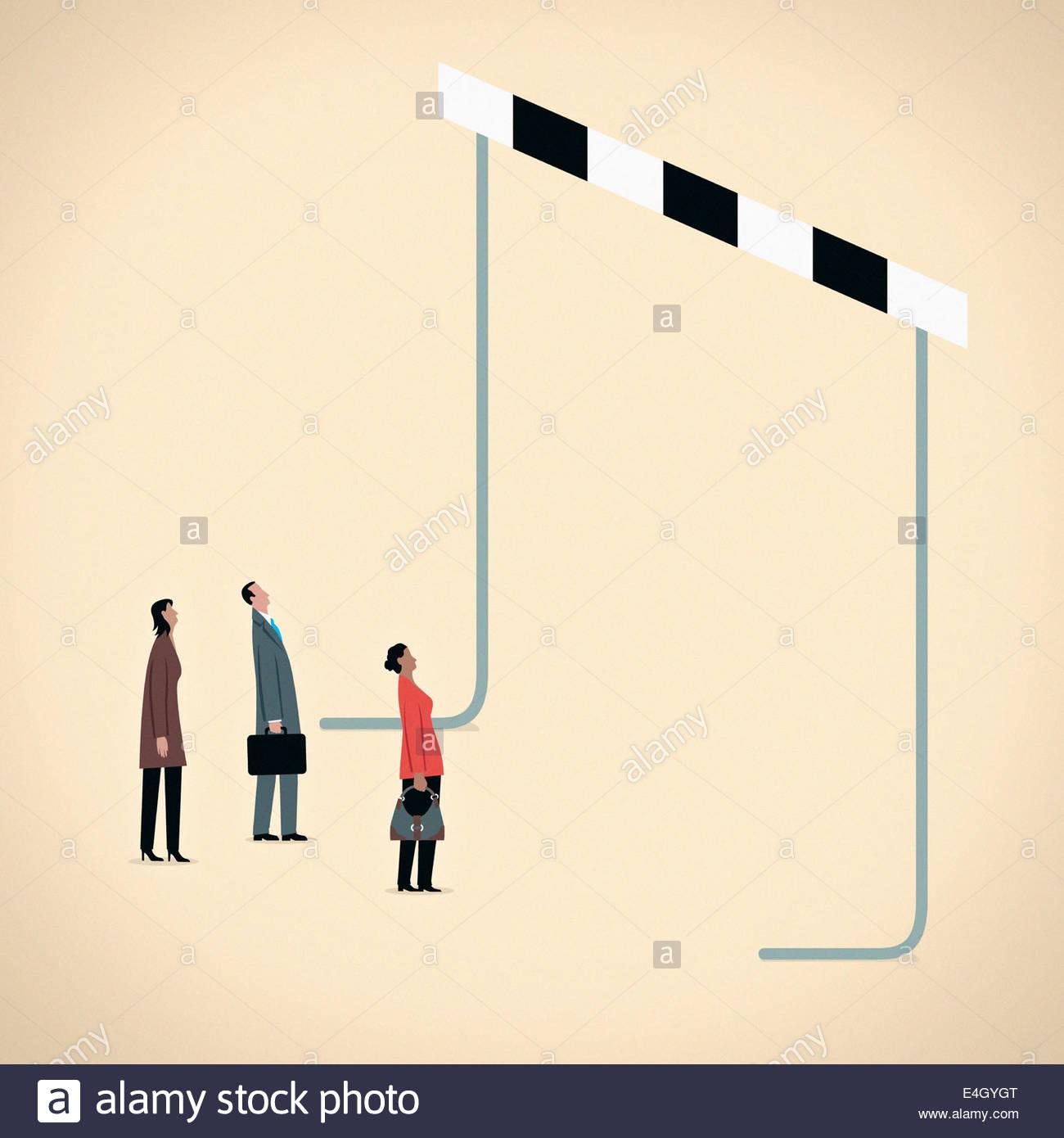 Geschäftsleute, die sich an hohen übergroße Hürde Stockbild
