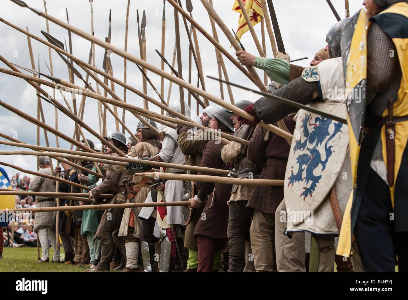 reenactment-der-schlacht-von-bannockburn-mit-robert-the-bruce-bei-bannockburn-leben-700-jahre-gedenken-an-die-schlacht-schottland-e4h5yj.jpg