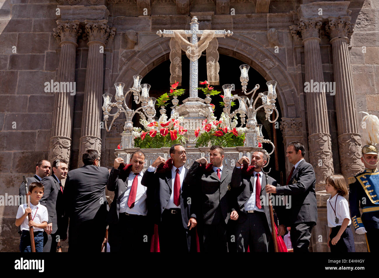 Prozession mit silbernen Kreuz im Laufe des Tages das Kreuz Dia De La Cruz in Santa Cruz De La Palma, Kanarische Stockbild