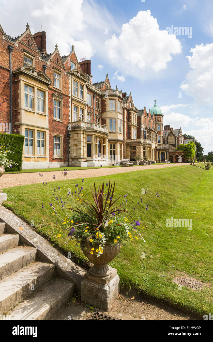 Sandringham House, ein Landhaus, die Königin Norfolk Rückzug, im Sommer mit einem blauen Himmel und flauschige weiße Wolken Stockfoto
