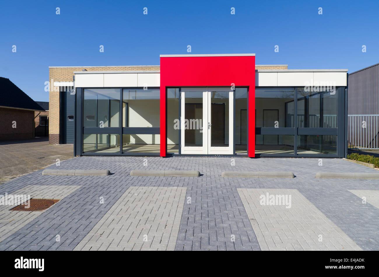 leere kleine Bürogebäude mit roten Eingang Stockfoto, Bild: 71703455 ...