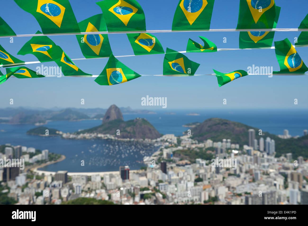 Brasilianische Dekoration brasilianische fahnen girlande dekoration über malerische skyline