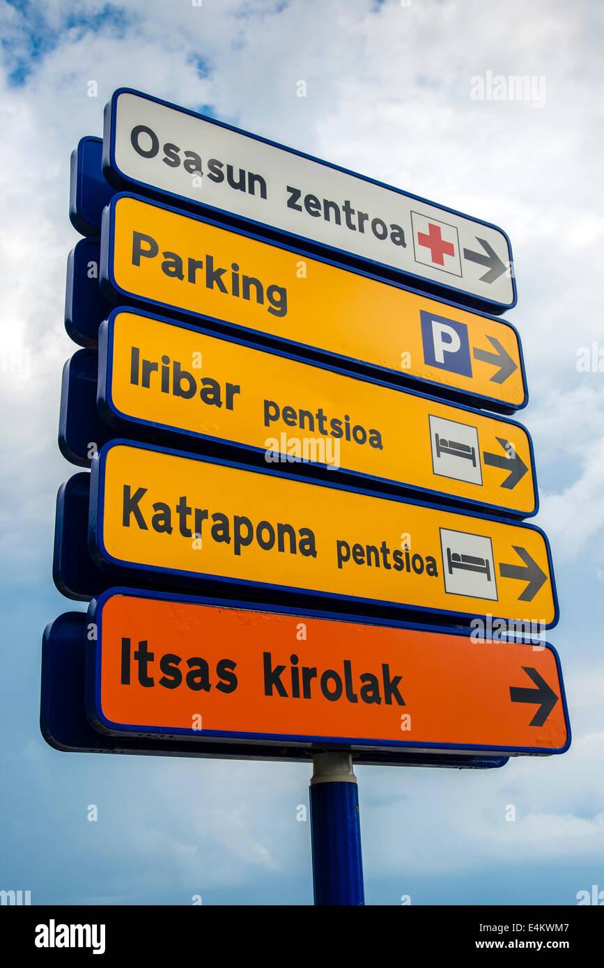 Straßenschilder mit Indikationen in baskischer Sprache geschrieben Getaria, Gipuzkoa, Baskenland, Spanien Stockbild