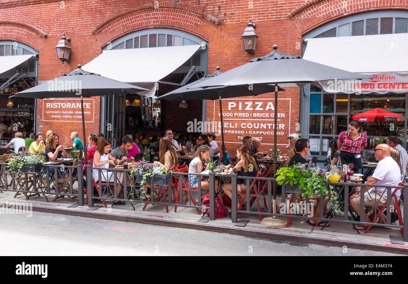 Menschen Essen im Freien in einem Pizzeria Restaurant in Little Italy in New York City Stockbild