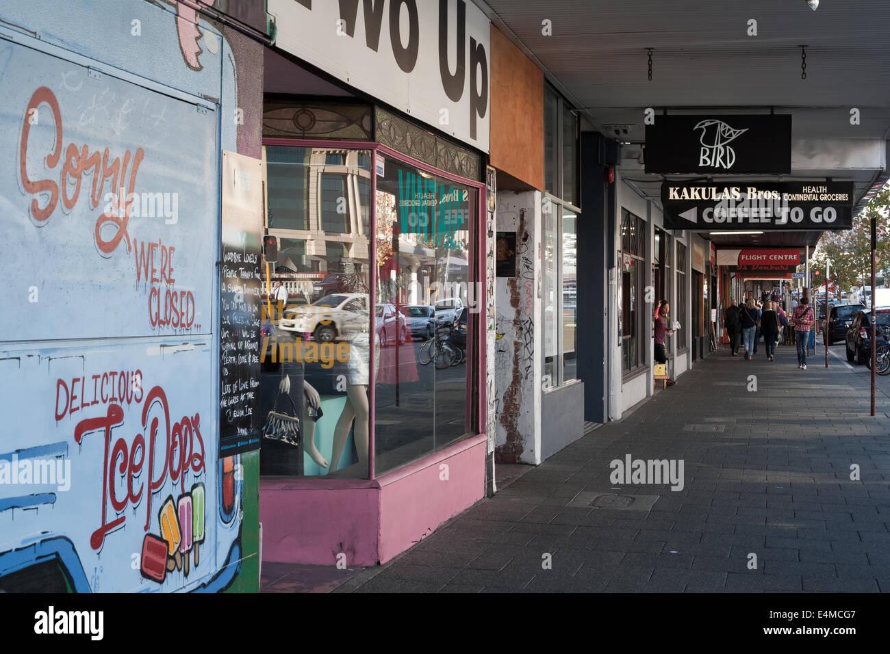Alten Läden und Bürgersteig auf der William Street in der Innenstadt Vorort von Northbridge, Perth. Western Stockbild