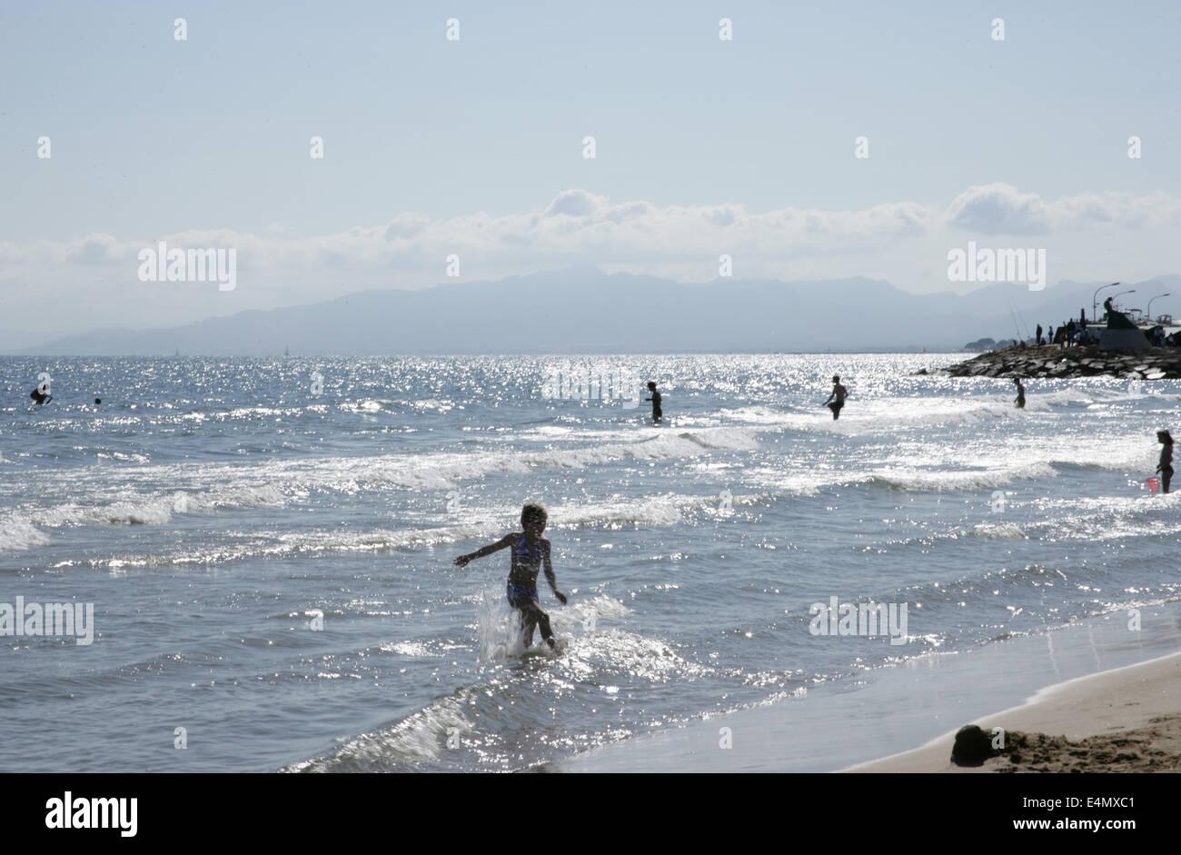Spanien. Katalonien. Salou. Strand und Badegäste. Stockbild