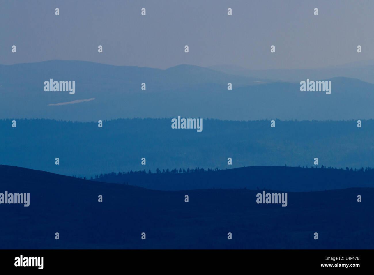 Ferne bläulich Berge in die schwedische und norwegische Bergrücken, von Grövelsjön, Schweden Stockbild