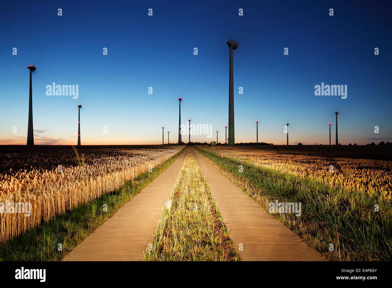 Windkraftanlagen auf Ackerland in der Nacht Stockbild