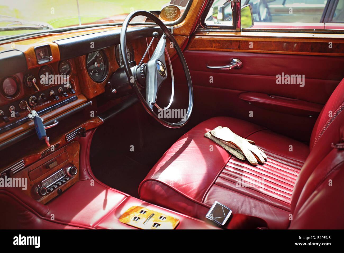 Armaturenbrett oldtimer  Oldtimer Jaguar Innenraum, Armaturenbrett und Lenkrad Stockfoto ...
