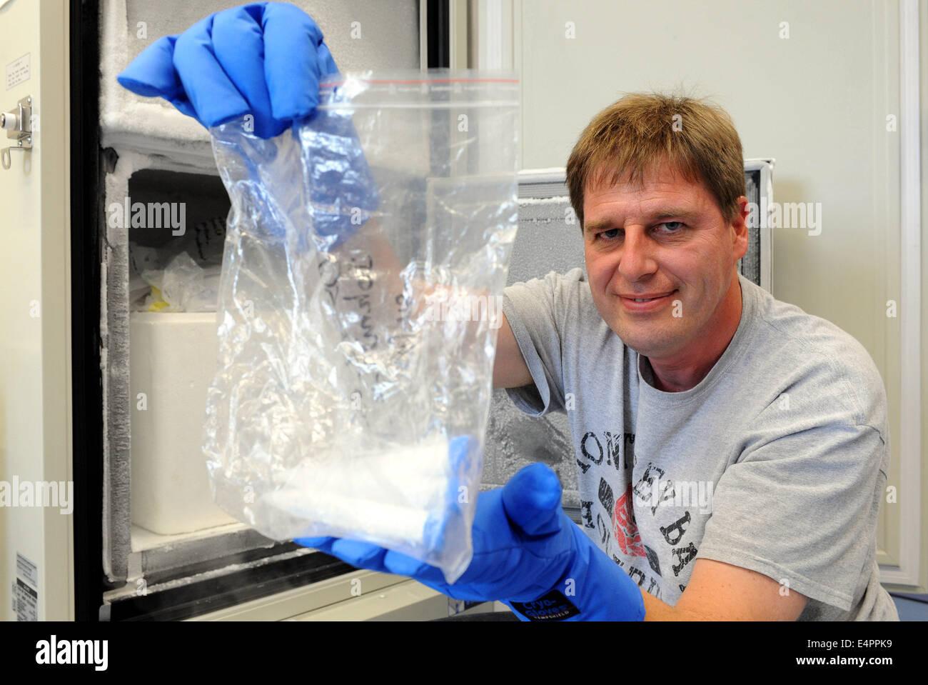 Professor Frank Oliver Gloeckner zeigt einige der Wasserproben die ...