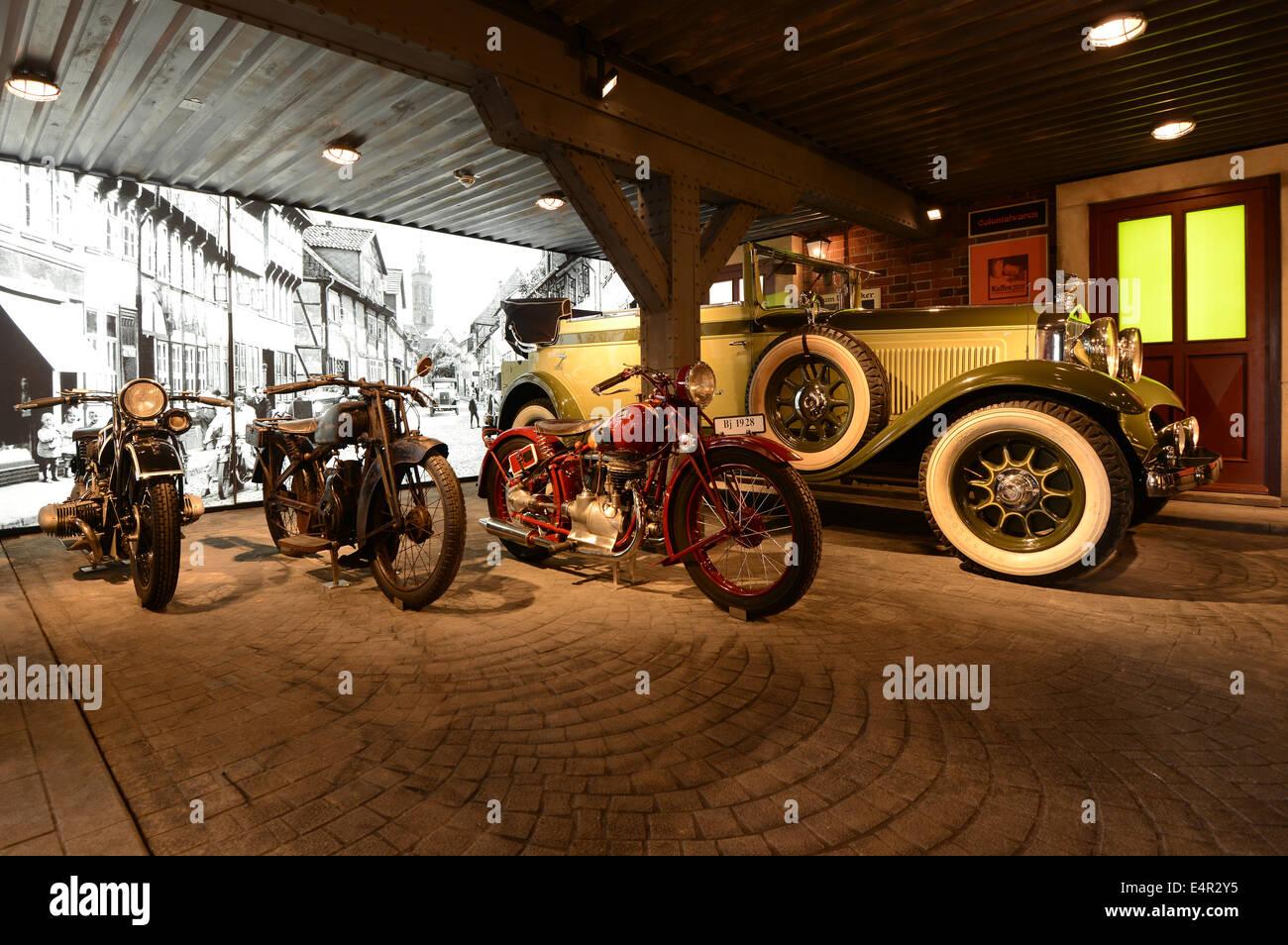 """Einbeck, Deutschland. 15. Juli 2014. Die Limousine 'Horch Typ 350""""(1928) und die Motorräder BMW R Stockbild"""