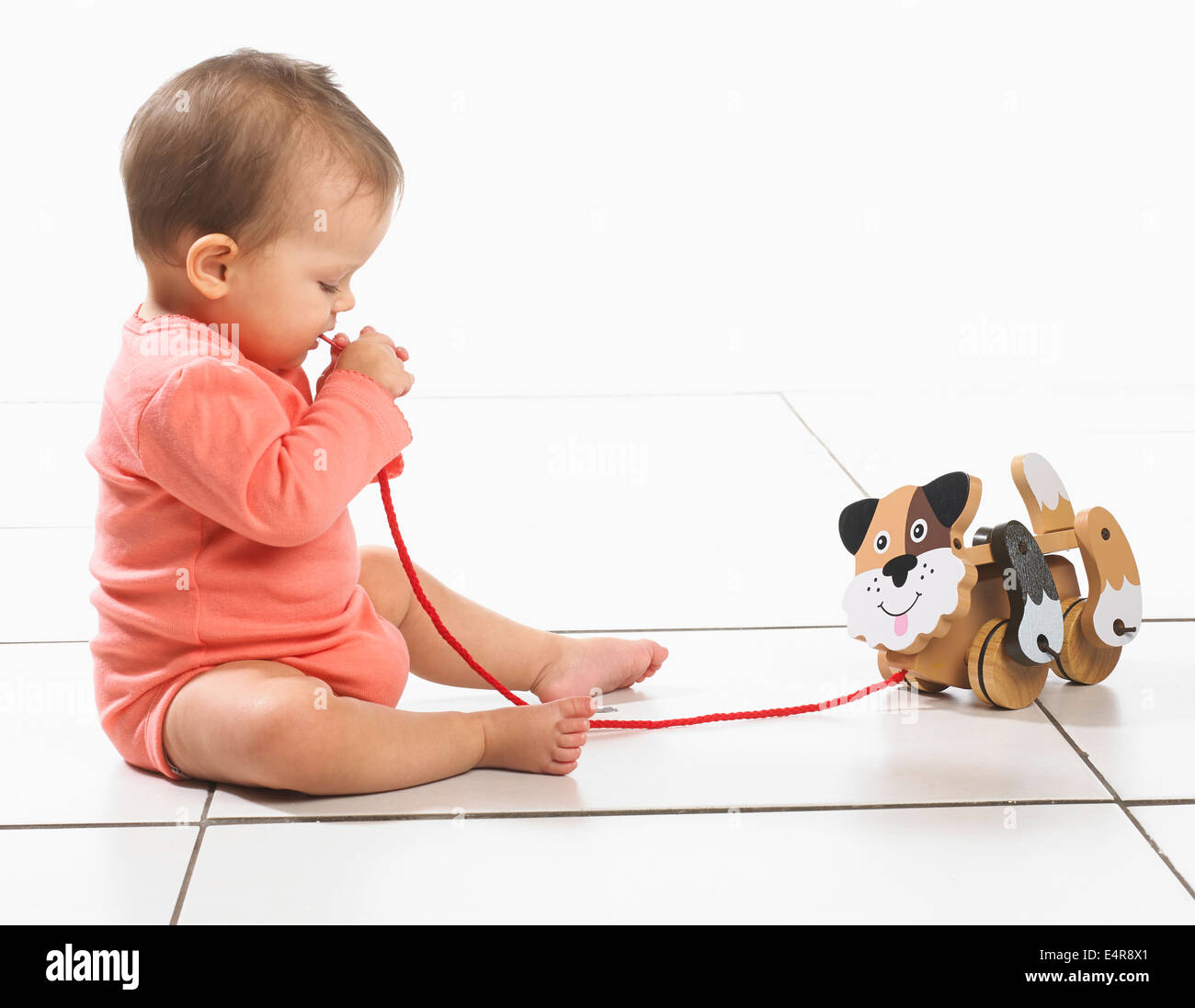 Baby Girl (8 Monate) ziehen entlang Spielzeug Ente auf