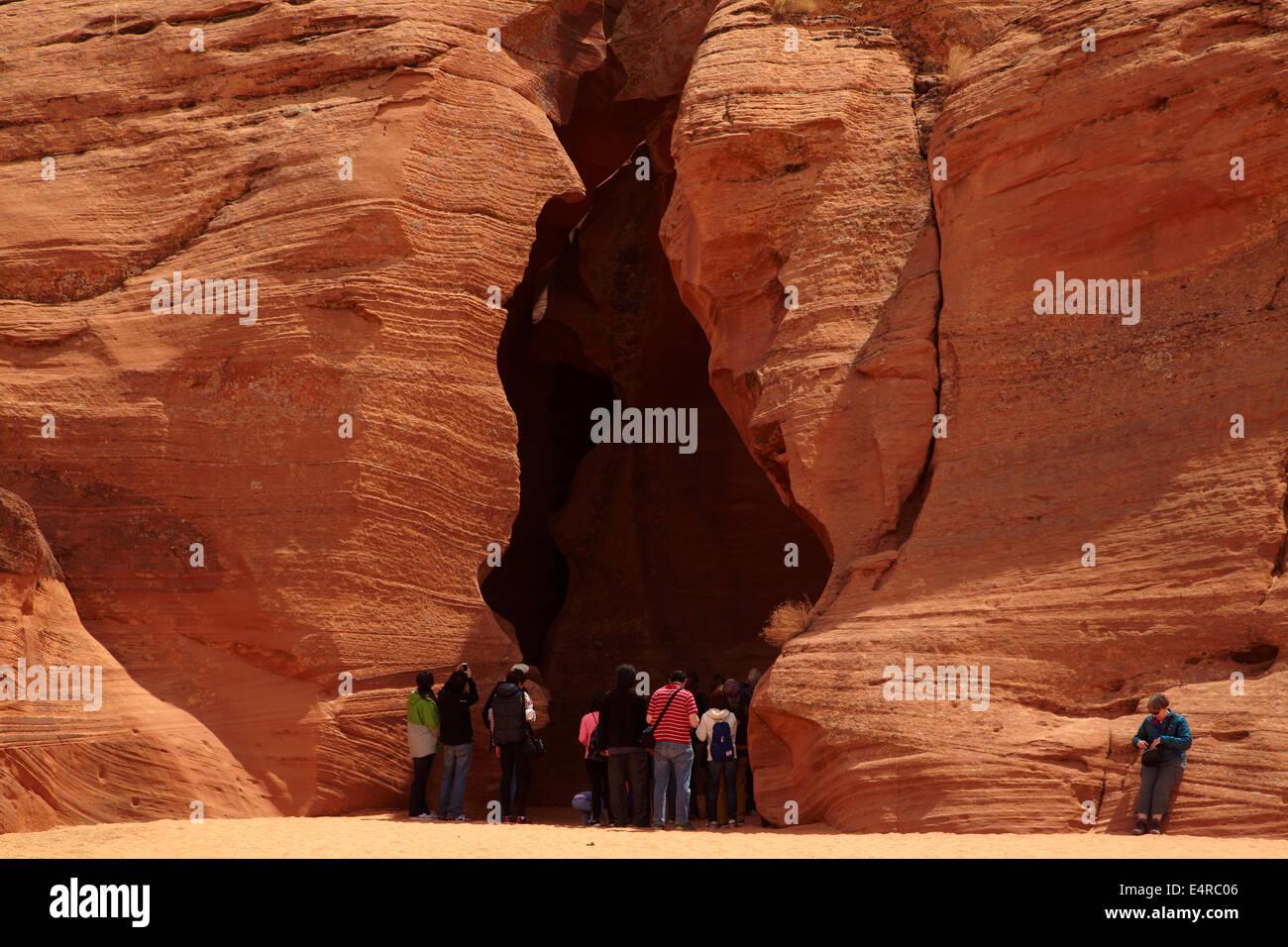 Touristen am Eingang zum Upper Antelope Canyon in der Nähe von Page, Navajo-Nation, Arizona, USA Stockbild