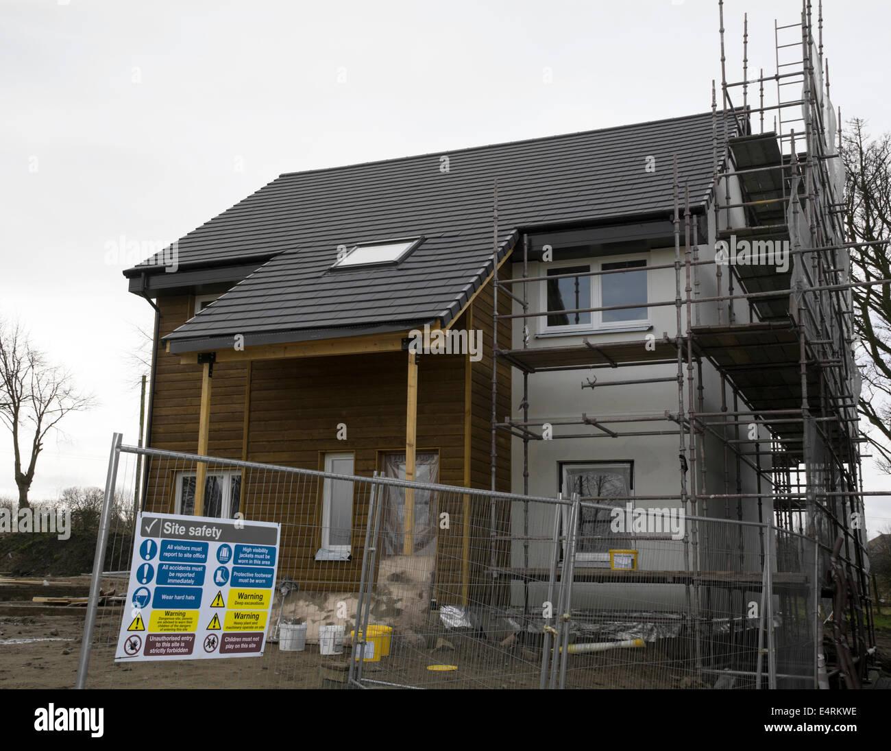 Website Sicherheitszeichen auf eine fast komplette neue bauen Haus mit Holz. Stockbild