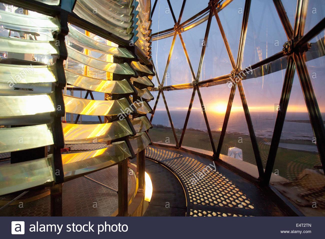 Das Objektiv von der North Ronaldsay Leuchtturm bei Sonnenuntergang, North Ronaldsay, Orkney, Schottland fotografiert. Stockbild