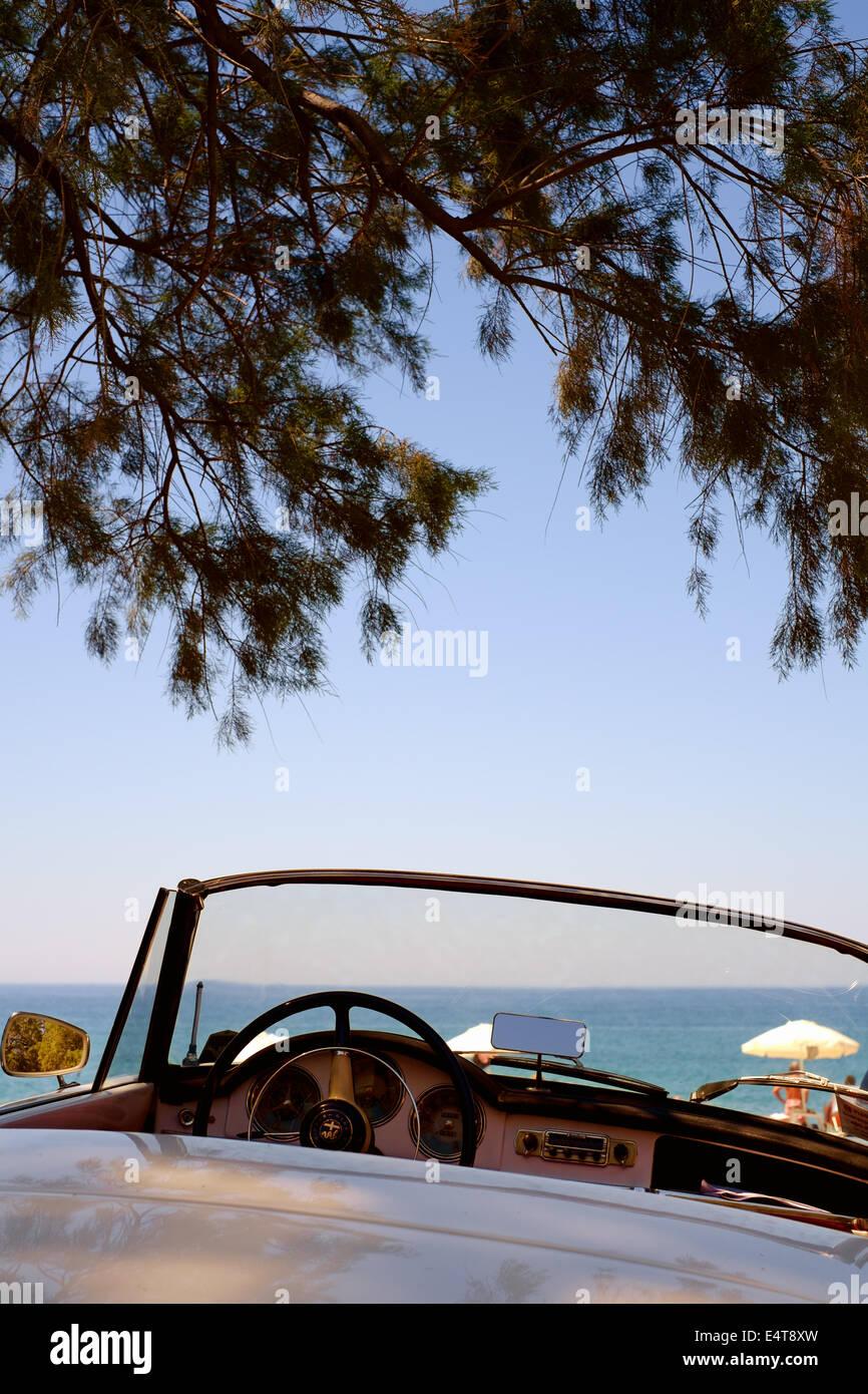 Cabrio open Top Alfa Romeo Sportwagen-Klassiker - parkten auf einem Strand - Halbinsel Mani, Peloponnes, Griechenland Stockbild